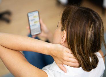 """Text Neck: come evitare il dolore cervicale """"da smartphone"""""""